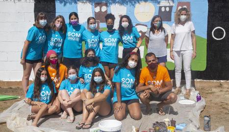 Els joves que participen en el camp de treball d'Agramunt i la coordinadora de Joventut a Lleida, Lourdes Ravetllat.