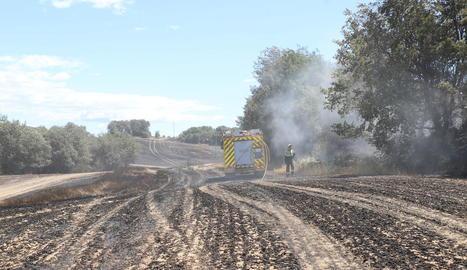 Bombers ahir al migdia durant l'extinció de l'incendi de Riner.