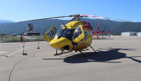 El nou helicòpter de rescat amb personal del SEM, a la Seu.
