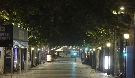 Imatge del primer toc de queda decretat a l'octubre, amb una Lleida buida a les 22.00 hores.