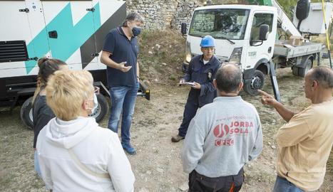 Veïns i operaris parlant durant el boicot als treballs, que finalment es va aixecar.