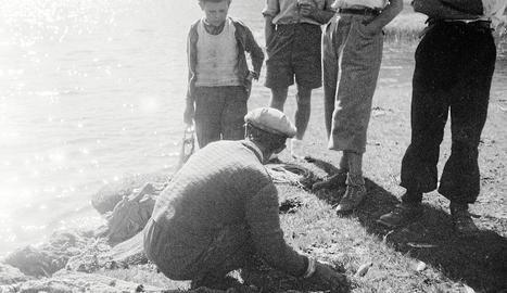 en família. Teresa Loan i Sebastià Perelada, de Ca de Serà de Boi ,pescant a l'estany de Caldes. La foto està feta entre 1923 i 1930.