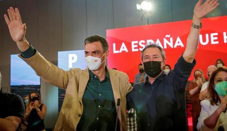 Sánchez i Espadas saluden el públic a l'acte del PSOE d'ahir.
