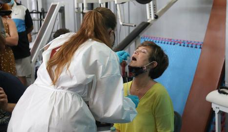 Una infermera pren una mostra per fer una PCR.