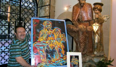 Joan Bosch mostra la seua obra al costat de la talla de Jaume Gort.