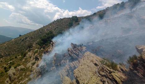 Bombers treballant en l'extinció del foc d'ahir a Llavorsí.