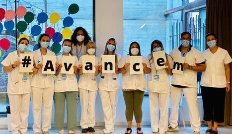 El personal de vacunació de Tàrrega celebra les 400.000 dosis.