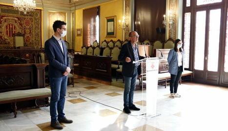 L'alcalde de Lleida, Miquel Pueyo, i els tinents d'alcalde, Toni Postius i Jordina Freixanet, a la roda de premsa de reestructuració del govern municipal.