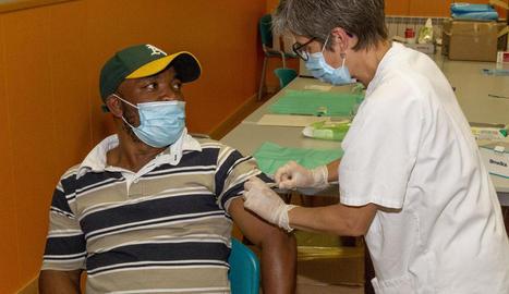 Un usuari del CAP Rambla Ferran rep la vacuna després d'anar a una marató sense cita prèvia.