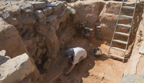 Treballs d'excavació a la part més antiga del jaciment ibèric de Gebut, a Soses.