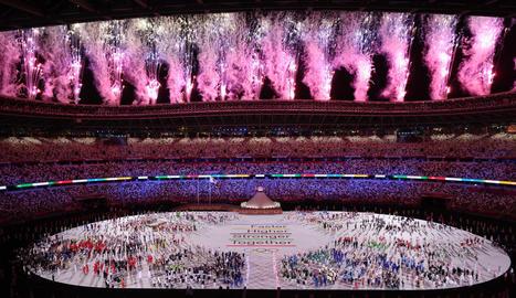 """'Més ràpid, més alt, més fort... junts"""", el nou             lema olímpic escrit al centre de l'estadi."""