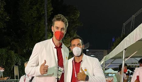 Els palistes lleidatans Saúl Craviotto i Núria Vilarrubla, a la vila olímpica amb la resta de l'equip.