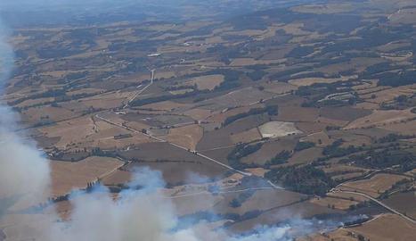 L'incendi de Santa Coloma de Queralt, a Tarragona, afecta unes 110 hectàrees i obliga a confinar un nucli de Les Piles