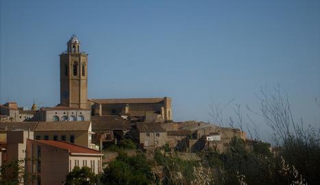 al mig del carrer dEl Carme. Es pot trobar un dels hospitals que va tenir la ciutat de Tàrrega el 1320, que es conserva parcialment