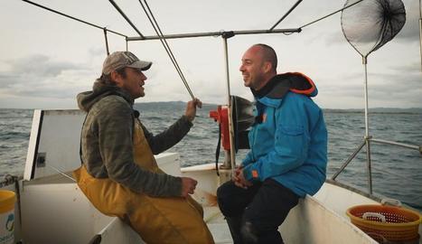 Quim Casellas (dreta) pesca amb una barca diferent a cada capítol.