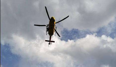 Moment en què un GRAE descendeix amb la grua de l'helicòpter en un rescat.