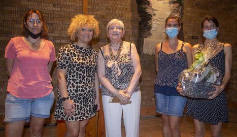 Montse Font, al centre, acompanyada per l'alcaldessa Carme Culleré i tres regidores més.