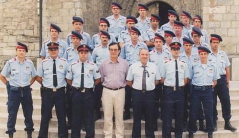 Imatge del primer desplegament dels Mossos a Vielha, amb l'alcalde Josep Calbetó i J.M. Cardona.