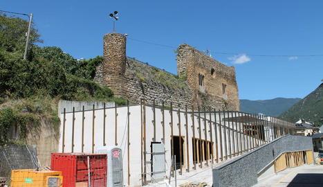 El castell de Sort, amb les obres de la biblioteca als peus.