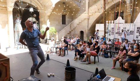 L'espectacle familiar 'Le Petit Théâtre ambulant' de JAM va obrir la jornada festiva i a la tarda va ser el torn per al ball a càrrec del grup de versions Bruixa Express.