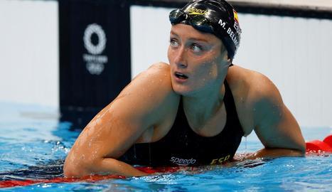 Mireia Belmonte observa el temps que ha fet al concloure la prova dels 400 metres estils en què va acabar quarta.