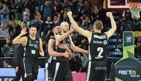 Thomas Schreiner, abraçat pels seus companys, durant la seua etapa al Bilbao.