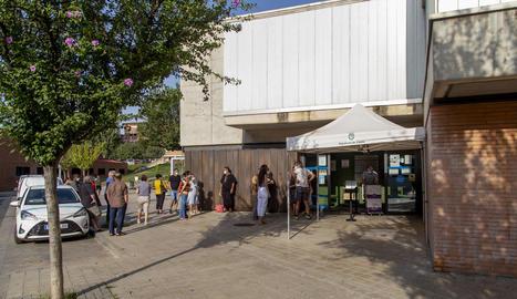 Ciutadans fent cua divendres passat en la marató de vacunació al CAP Primer de Maig.