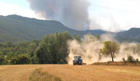 Vista del foc de Santa Coloma de Queralt des de Sant Martí de Tous, que avança sense control i ha provocat centenars de desallotjaments.