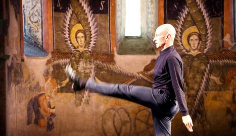 El ballarí Cesc Gelabert va 'compartir' escenari amb els querubins alats de les pintures de l'absis de Santa Maria d'Àneu.