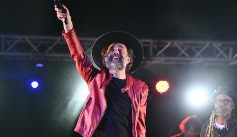 El cantant oscenc Raúl Usieto 'Pecker' es va transformar en Pau Donés posant la veu a alguns dels èxits de l'artista al capdavant de Jarabe de Palo, dissabte a Montanui.