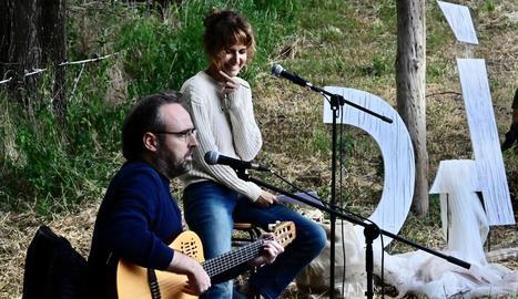 Roger Mas i Sílvia Bel van cantar i van llegir textos sobre els afusellaments al Prat de Fuster de Sorpe.