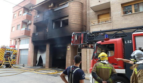 Efectius d'emergències, ahir a l'incendi registrat al carrer Casagualda del Secà de Sant Pere.