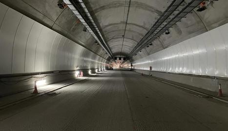 Imatge de l'interior del túnel de Tresponts, a la C-14 entre Organyà i Montant de Tost.