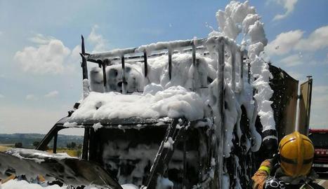 Efectius retirant ahir a l'L-303 el tractor accidentat que remolcava una empacadora.
