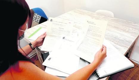 L'afectada ensenya les denúncies que ha rebut i que ha interposat ella a causa de l'estafa.