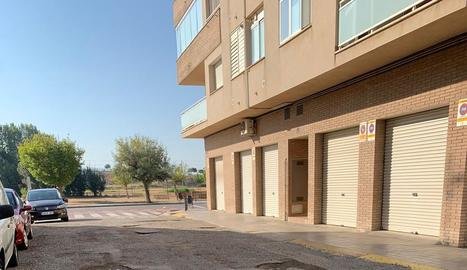 Imatge del carrer Astúries, amb la calçada molt deteriorada.