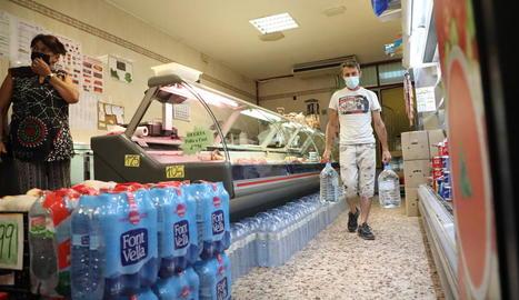 Els veïns de Torres es proveeixen per beure i cuinar amb aigua embotellada del comerç local.