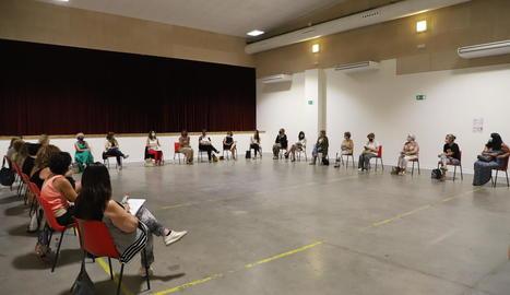 """Defensa de les polítiques de gènere - Vilagrà, que es va reunir ahir a Menàrguens amb una vintena d'alcaldesses de les comarques de Lleida, va recordar que """"una de les transformacions que volem fer és la feminista, incorporar les polítiqu ..."""
