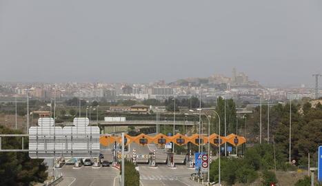 Imatge d'arxiu del peatge de l'autopista de l'AP-2 amb la ciutat de Lleida al fons.
