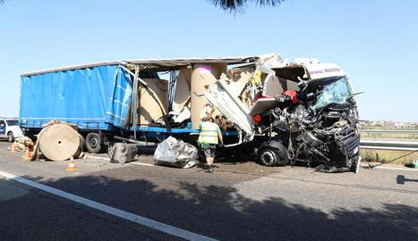 Un dels camions implicats ahir en la col·lisió a l'autovia a Alcarràs.