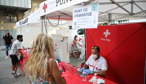 Segueixen els cribratges a joves - Creu Roja, amb la col·laboració del departament de Salut i la Paeria, va dur a terme ahir el tercer cribratge de proves PCR d'aquest mes a Lleida a 90 persones de 16 a 30 anys. A diferència de les anteriors o ...