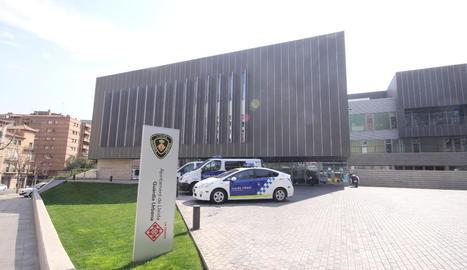 Imatge de la caserna de la Guàrdia Urbana de Lleida, al carrer Salmerón.