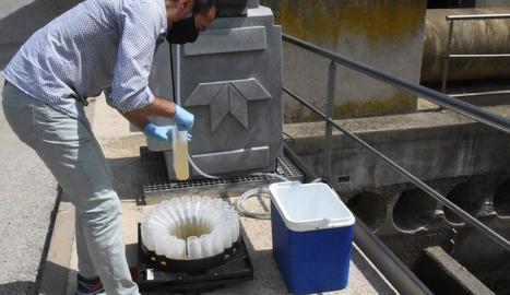 Un tècnic pren mostres d'aigua d'una de les depuradores.