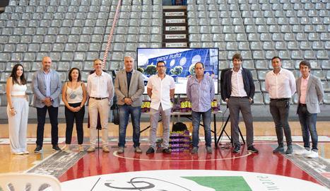 Representants del club, Afrucat i de les sis empreses que col·laboren en el projecte de patrocini durant l'acte de presentació d'ahir.