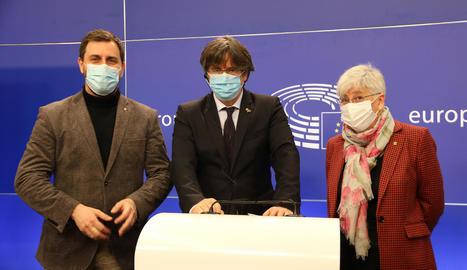 Els eurodiputats de Junts, Toni Comín, Carles Puigdemont i Clara Ponsatí a Brussel·les.