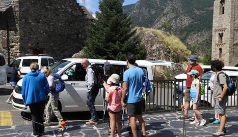 Turistes contractant el servei de taxis per visitar el Parc Nacional d'Aigüestortes, la joia natural del Pirineu.