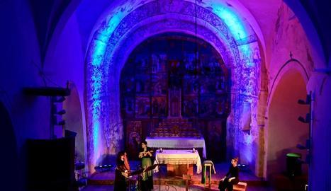 El recinte firal d'Esterri d'Àneu va acollir l'espectacle protagonitzat pel grup de folk Corrandes són Corrandes amb l'artista Jaume Arnella.