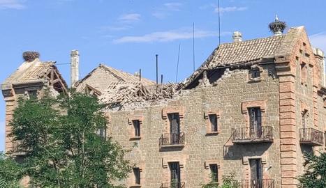 Imatge de la Casa Gran amb part de la teulada enfonsada.