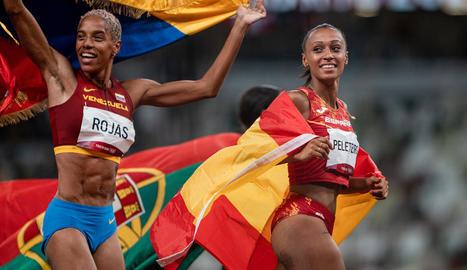 Ana Peleteiro celebra el bronze al costat de la veneçolana Yulimar Rojas, la seua companya d'entrenaments i que va ser la gran dominadora del triple salt.