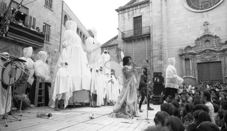 Comediants a la plaça Major de Tàrrega el 1981, inici de la fira.